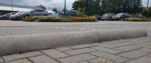 Biggenruggen van beton voor parkeervak